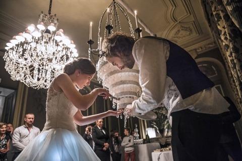 Novia y novio cortando su pastel de bodas por el fotógrafo periodista Vincent Montagne de Francia
