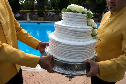 Catania, Italia El fotógrafo de bodas Salvo Moroni documenta el pastel con un detalle de acción