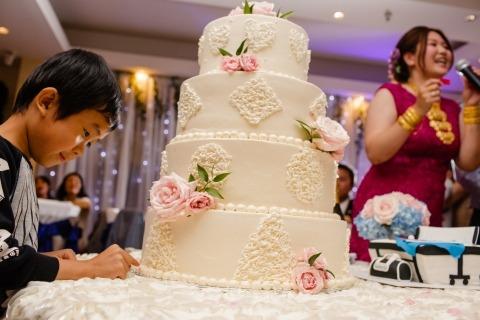 El fotoperiodista de bodas de California, Siliang Wang, toma fotos de pasteles con niños en las salas de recepciones de bodas.