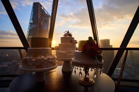Pastel en una boda de la ciudad de Londres al anochecer. Detalles de fotografía de boda estilo reportaje.
