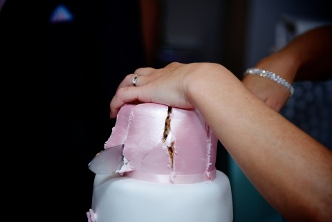 Foto del detalle del pastel de bodas por Anna Mikulich de Hampshire, Reino Unido - estilo documental de bodas de la fotografía