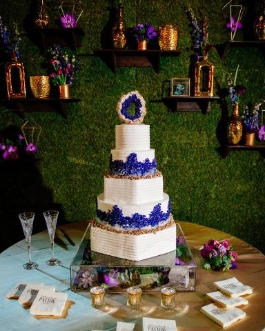 El fotógrafo de bodas Andrea Mabry, de Alabama, realizó este detalle de pastel durante la fiesta de recepción.