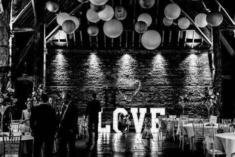 Les lumières et l'ambiance ont servi de toile de fond à cette réception de mariage pour le photographe de mariage documentaire Matt Tyler du Royaume-Uni