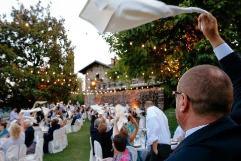 Photographe de mariage à Rome, en Italie, Alessandro Avenali a capturé les invités en profitant de cette réception de mariage en plein air.