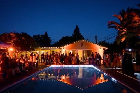 Une piscine et des guirlandes de lumières suspendues ont servi de toile de fond lors de cette réception de mariage en plein air pour le photographe Amarnath Rameshbabu du Tamil Nadu, en Inde.