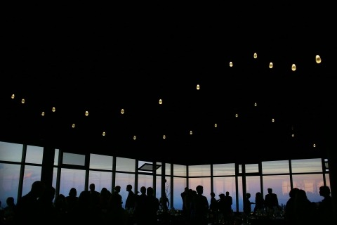 Les lumières, une vue et une ambiance ont servi de toile de fond à la réception de mariage de la photographe Sarah Priestap du Vermont