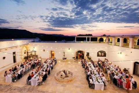Une réception de mariage en plein air sous les lumières et le ciel était exactement ce dont avait besoin le photographe de mariages à destination, Rino Cordella, de Lecce.