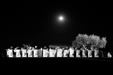 Un photographe de mariage italien, Julian Kanz, organise une réception de mariage en plein air sous les étoiles