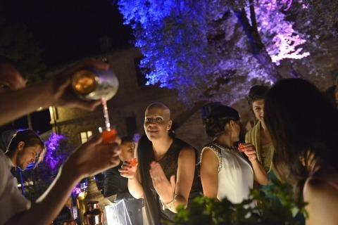Le photographe de mariage Emanuele Vignaroli, de Pérouse, a eu la chance d'organiser cette réception de mariage en plein air sous les étoiles pour capturer les invités en dégustant un verre.