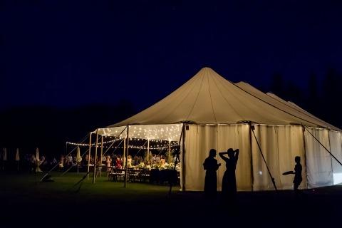 Une réception sous tente avec un bon éclairage a créé l'ambiance idéale pour la photographe de mariage du Nevada, Tara Theilen.