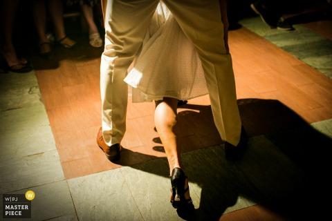 El fotógrafo de bodas de Phuket capturó esta imagen de la pata de la novia entrelazada con los novios durante su primer baile.
