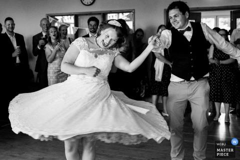 Nottinghamshire-Hochzeitsfotograf nahm dieses Schwarzweiss-Bild eines lebhaften ersten Tanzes der Braut und des Bräutigams gefangen