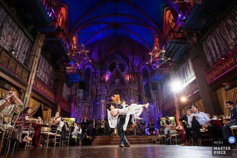 Der Hochzeitsfotograf aus New Jersey hat dieses Bild des prächtigen Saals und der Tanzfläche aufgenommen, auf der Braut und Bräutigam zum ersten Mal tanzen