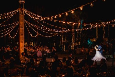 Los fotógrafos de bodas de Dennis Berti, de Baja California, México, tomaron esta imagen de la novia y el novio bailando en la recepción de su boda.