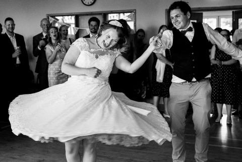 El fotógrafo del reportaje de bodas Martin Makowski de Nottinghamshire, Reino Unido, crea excelentes tomas de acción como esta de los novios bailando en su recepción.