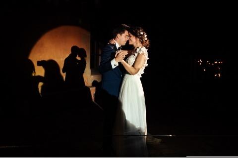 La fotógrafa Alicia González-Haro de Madrid, España, capturó a los novios bailando lentamente bajo un hermoso foco de luz.