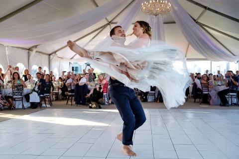Shaun Baker de California fotografió a esta novia y novio bailando en un piso enorme dentro de su tienda de campaña.