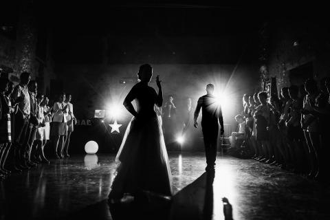 Jeremy Fiori es un fotógrafo de bodas de Francia. Hermosa imagen con gran iluminación de los novios en la pista de baile.