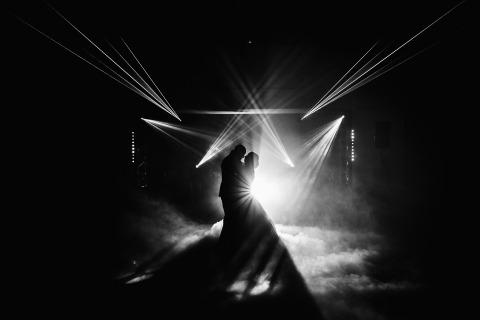 Jeremy Fiori, un fotógrafo de bodas de Francia, tomó esta imagen de baile en el piso de la recepción de la novia y el novio bailando.