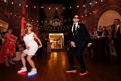 Kathleen Hertel Photography creó esta imagen de la novia y el novio bailando su primer baile ensayado.