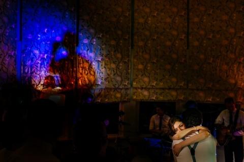 El fotógrafo Luis Efigénio de Portugal tomó esta foto de los novios durante el baile de la sala de recepción.