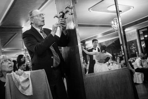 Foto de boda de Claudio Valerio de Italia. Padre de la novia usando su cámara durante el primer baile de pareja.