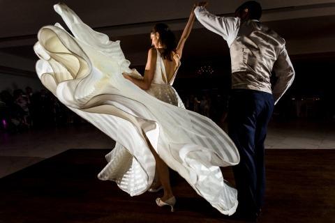 Reportero británico El fotógrafo de bodas Paul Rogers, de Hertfordshire, Reino Unido, toma fotos de acción de la novia y el novio bailando.