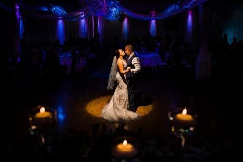 La fotógrafa Kristina Cazares-Neri de California fotografía a los novios durante su recepción.