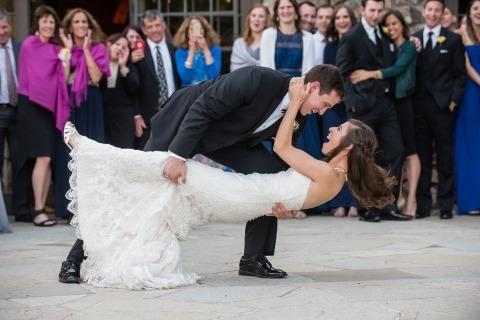 La fotógrafa Stephanie Secrest de California tomó esta imagen de la pareja que se sumergió durante el primer baile en su boda al aire libre.