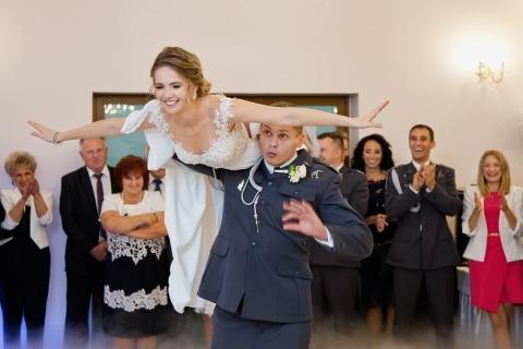 El fotógrafo Wojciech Marzec de Polonia hizo esta imagen de boda de un piloto militar volando a su nueva novia en la pista de baile.