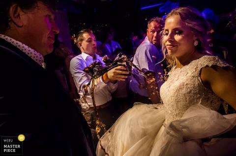 Zuid-Hollandse huwelijksfotograaf heeft deze humoristische foto van de bruid en bruidegom vastgelegd op de dansvloer
