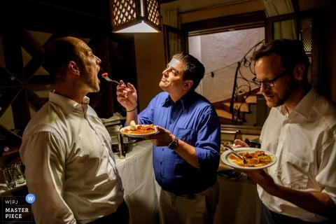 Cette photo du marié se faisant manger des pâtes à la fourchette par son père a été capturée par un photographe de mariage de Munich