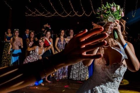 Un superbe éclairage a créé le drame et l'action dans cette image pour le photographe de mariage au Pérou, Omar Berr, de Lima.