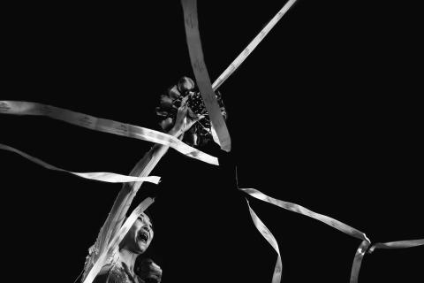 Cutting the bridal bouqet ribbons by Chinese Wedding Photographer Vinci Wang of Fujian.