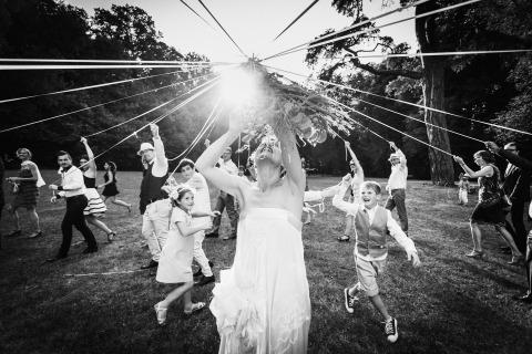 Ronan Jégaden est un photographe de mariage basé en France qui utilise son style de reportage pour capturer les mariées dans leur environnement naturel le jour du mariage.