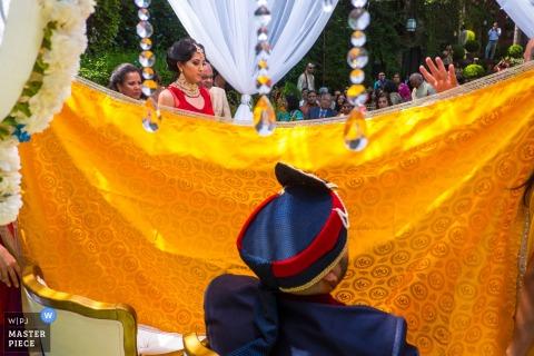 Esta foto del novio que esperaba detrás de un tapiz amarillo dorado para su novia fue capturada por un fotógrafo de bodas de San Diego