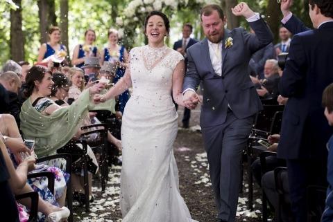 Matthieu Muratet di Francia ha fotografato questa sposa e lo sposo mentre si godeva la pedalata del fiore dopo la cerimonia nuziale