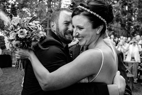Shaunte Dittmar della California ha fotografato questa sposa e lo sposo abbracciati dopo la loro cerimonia di nozze all'aperto