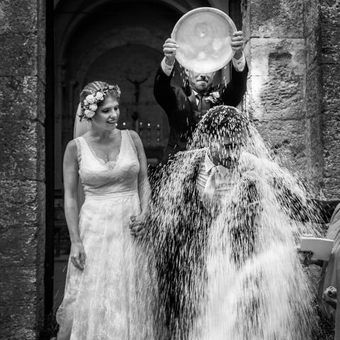 Alessandro Colle di Massa-Carrara, in Italia, ha fotografato questa sposa e lo sposo mentre si godeva la doccia del riso dopo la loro cerimonia di matrimonio in chiesa