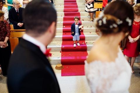 Paulo Castro del Portogallo fotografò questo giovane portatore dell'anello che scendeva dal corridoio della chiesa verso la sposa e lo sposo.