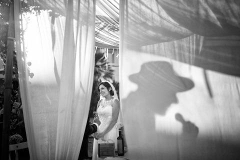 Foto di matrimonio di Fabio Mirulla di Arezzo, Italia. Questa è la sposa in una cerimonia nuziale ebraica all'aperto.