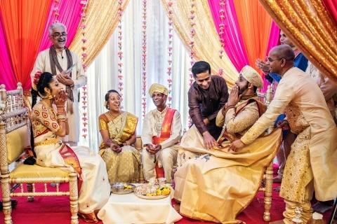 Wenjie Han di New York ha fotografato questa sposa indiana mentre rideva durante la cerimonia del matrimonio