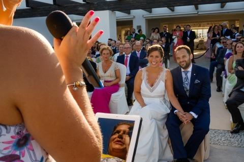 Foto di matrimonio di Tino Gomez Romero dalla Spagna di sposi che ridono durante la loro cerimonia di nozze all'aperto