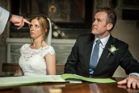 Sposi durante il certificato di matrimonio firmato da Wedding Reportage Il fotografo Harry Richards di Londra, Regno Unito