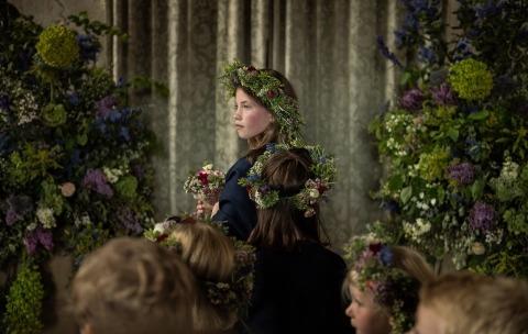 Fotografia di reportage per matrimoni Harry Richards di Londra, Regno Unito, ha fotografato le giovani fanciulle durante la cerimonia della chiesa.