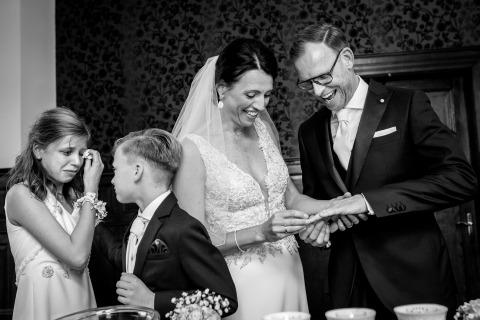 Indra Simons di Overijssel, Paesi Bassi, ha fotografato questo scambio di anelli tra la sposa e lo sposo