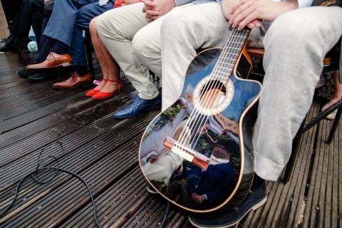 Foto di matrimonio di Jacqueline Dersjant dei Paesi Bassi. Musicisti durante una piovosa cerimonia all'aperto.