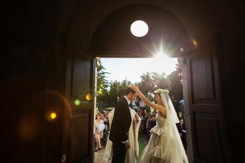 Rino Cordella di Lecce, in Italia, ha fotografato questa sposa e lo sposo durante la cerimonia del matrimonio all'aperto