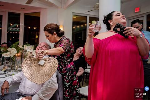 Huwelijksfotograaf van Key West in Florida veroverde gasten die zich waagden bij een warm diner bij het diner.