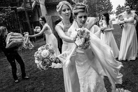 La fotógrafa de bodas de California, Shaunte Dittmar, capturó a la novia y sus damas de honor atrapadas en la lluvia en la boda.
